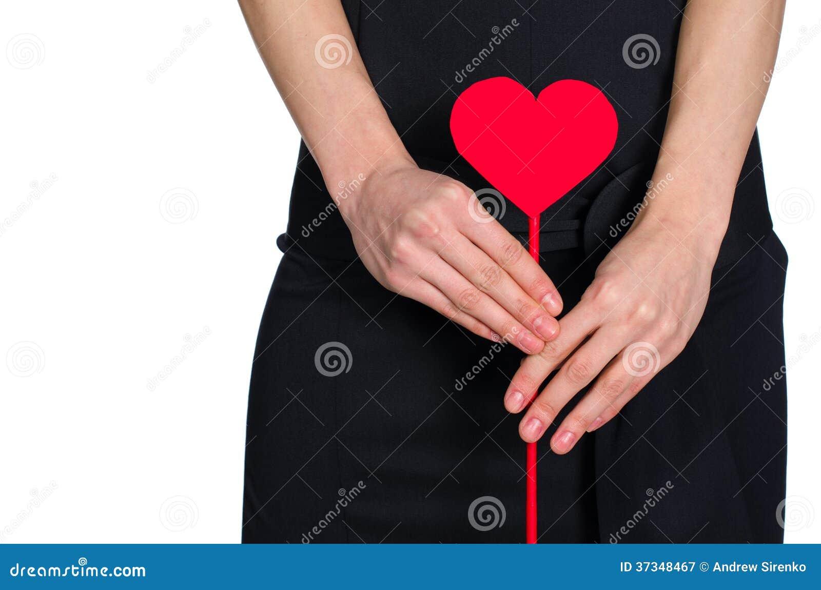Mains femelles tenant le coeur hors du pape