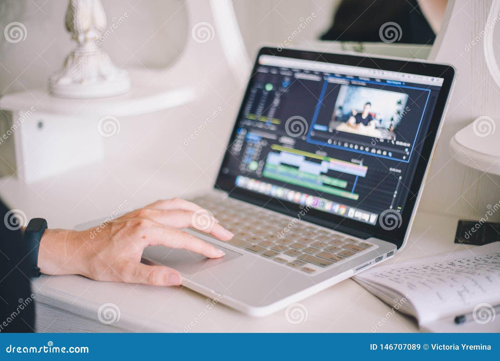 Mains femelles travaillant sur un ordinateur portable dans un programme de ?dition visuel