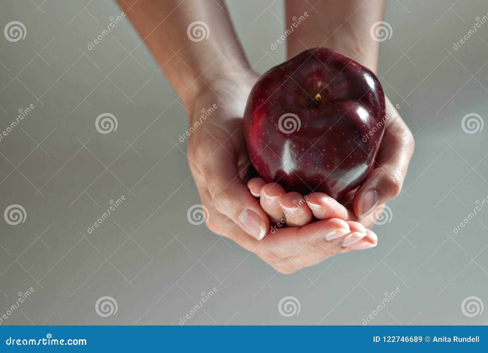 2 mains formant une cuvette forment avec Apple dans lui