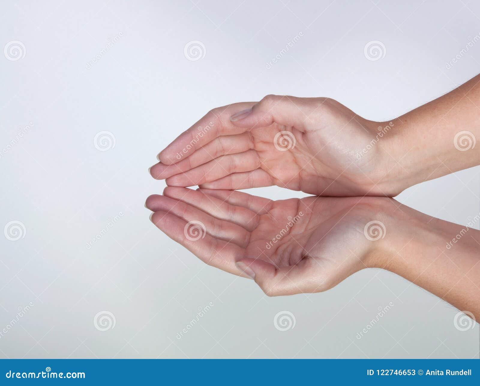 2 mains formant une forme de cuvette
