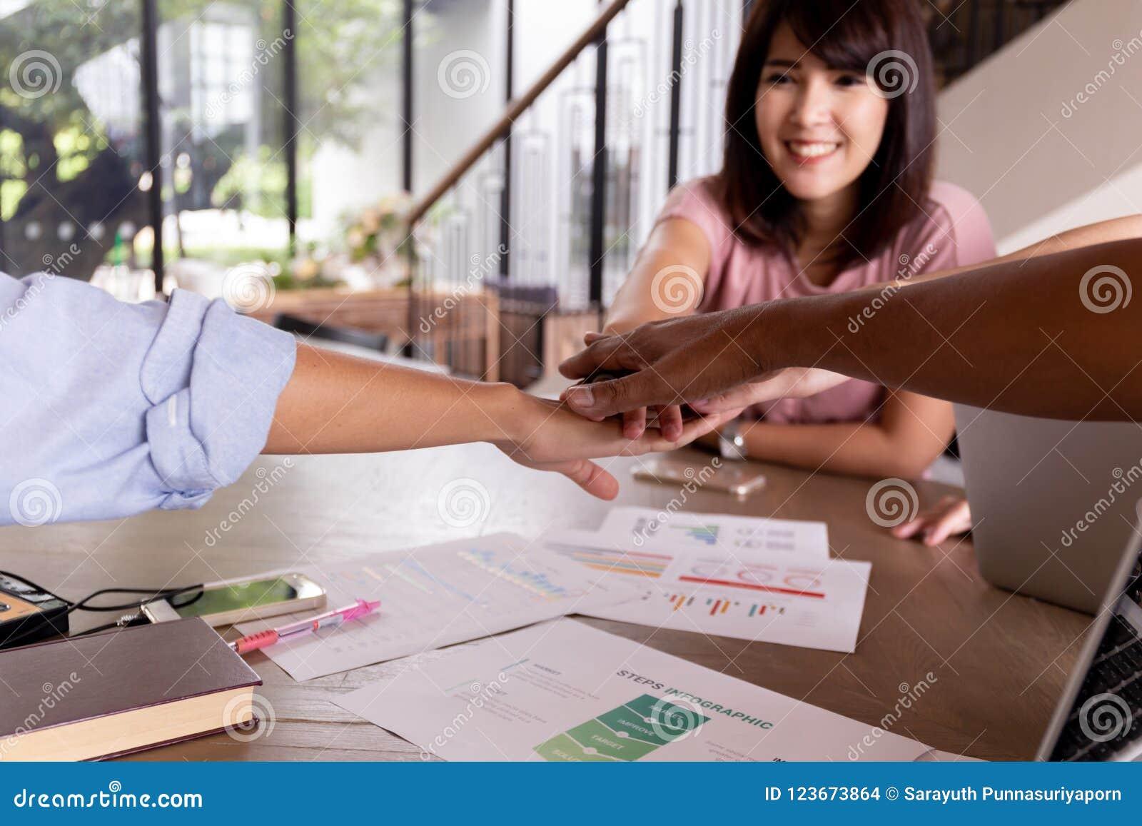 Mains humaines ethniques multi avec le visage de la belle femme asiatique d affaires remontant des mains dans l unité