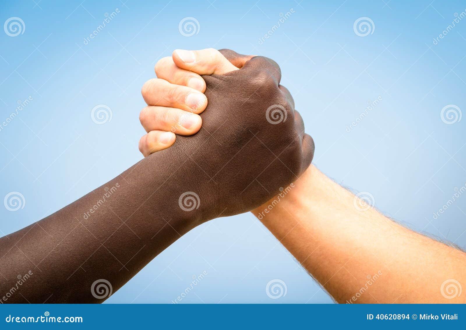 Mains humaines noires et blanches dans une poign e de main for Une hirondelle dans les tiroirs