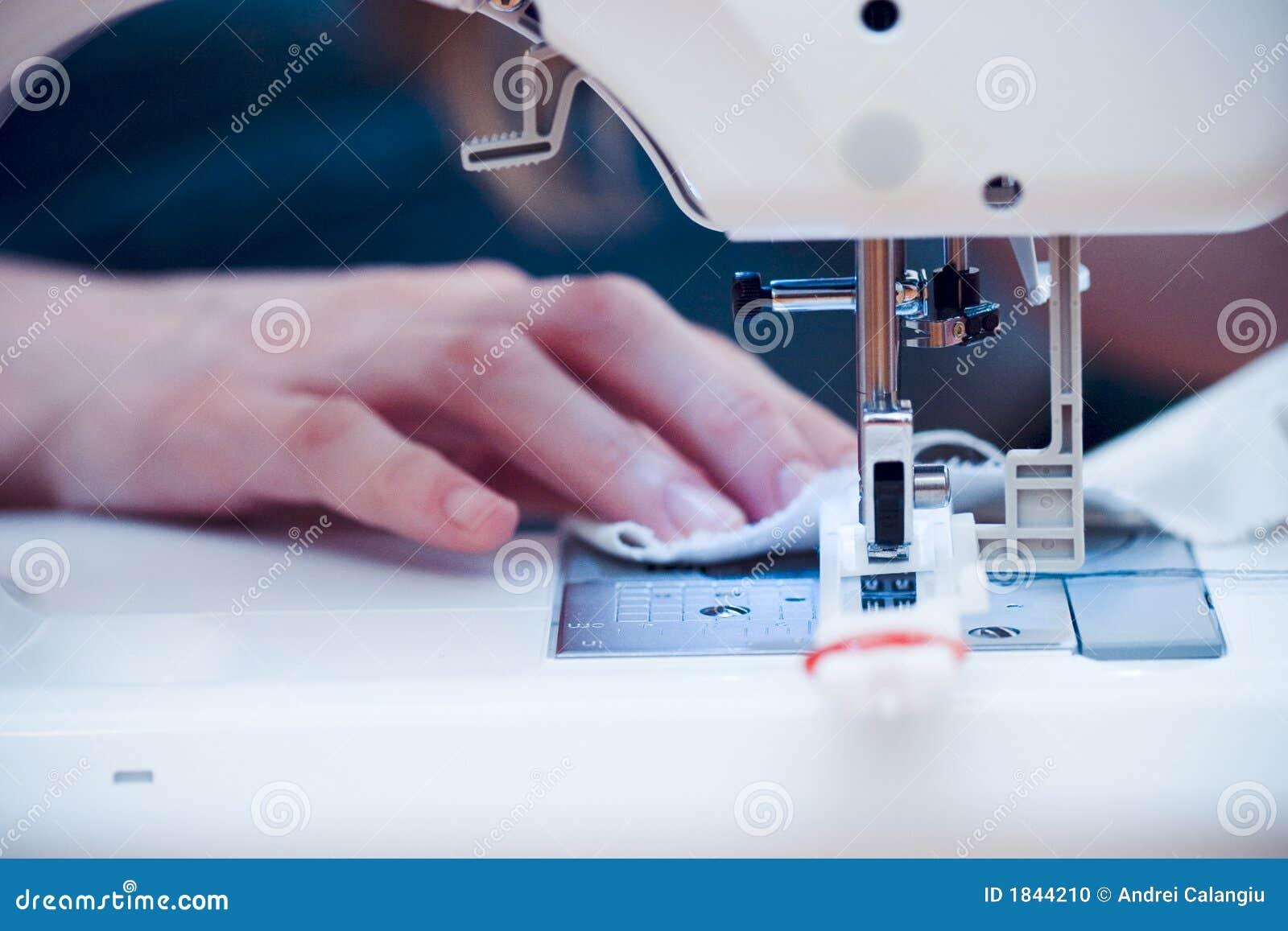 Mains occupées à la machine à coudre.