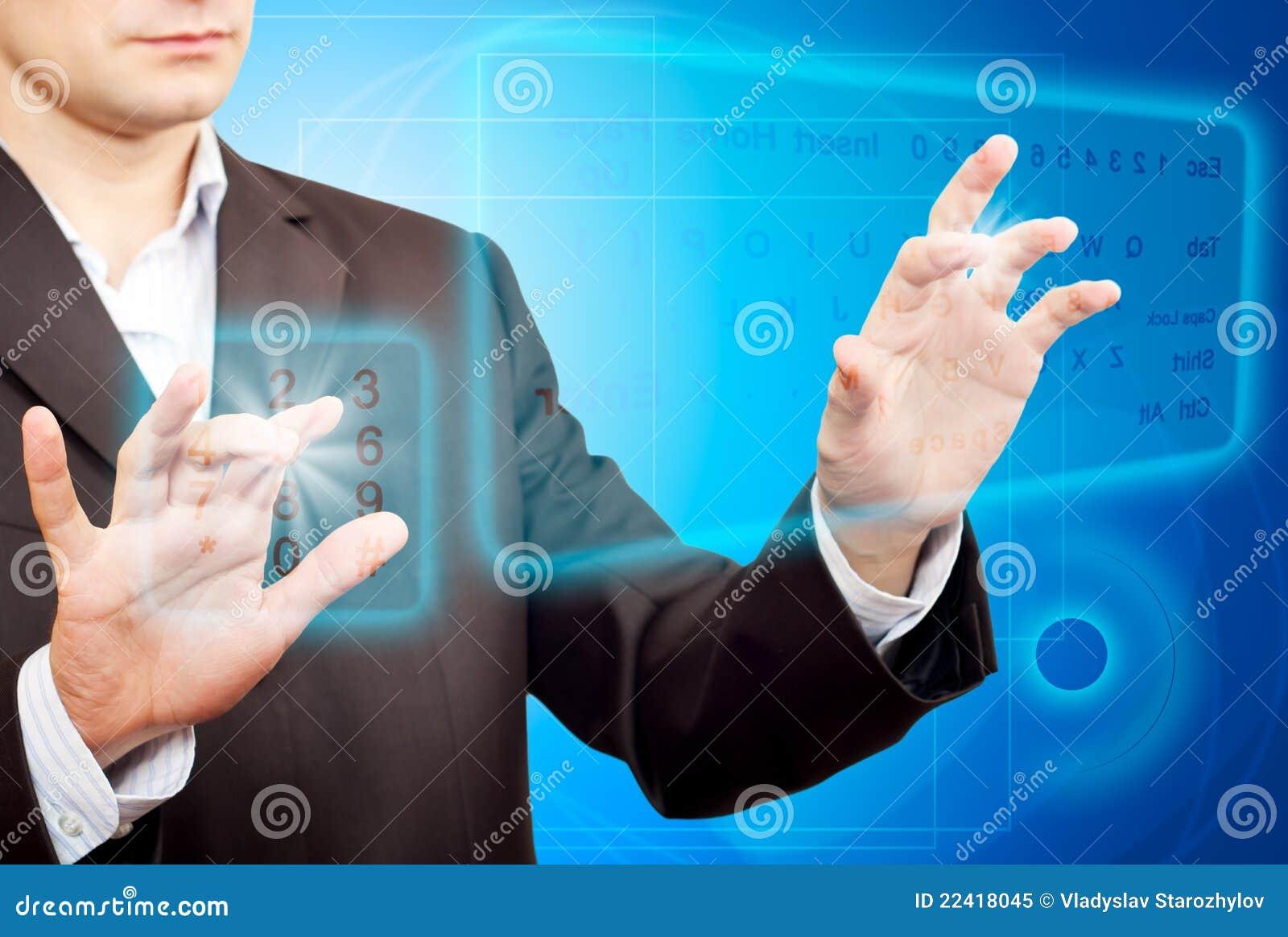 Mains poussant un bouton sur un écran tactile.
