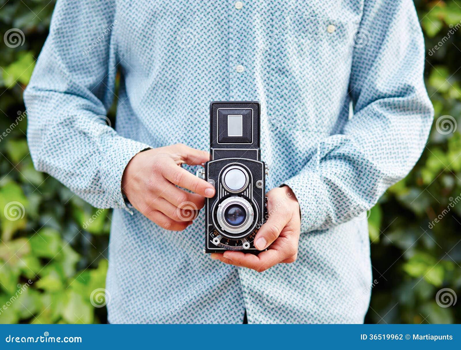 Mains prenant la photo avec l appareil-photo de TLR