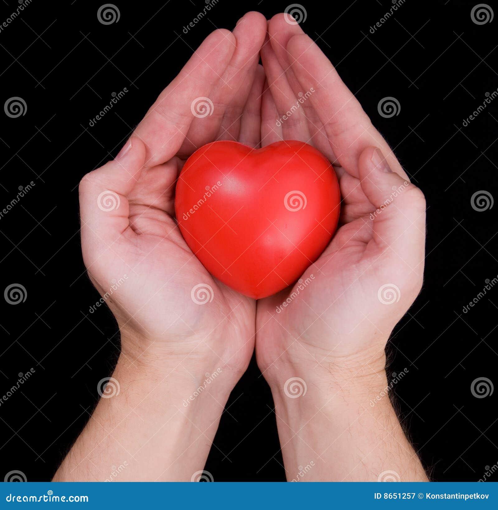 Mains retenant le coeur