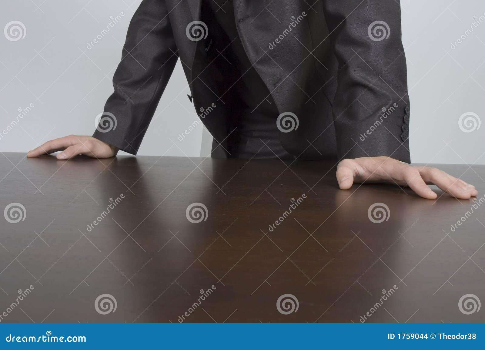 Mains sur le bureau