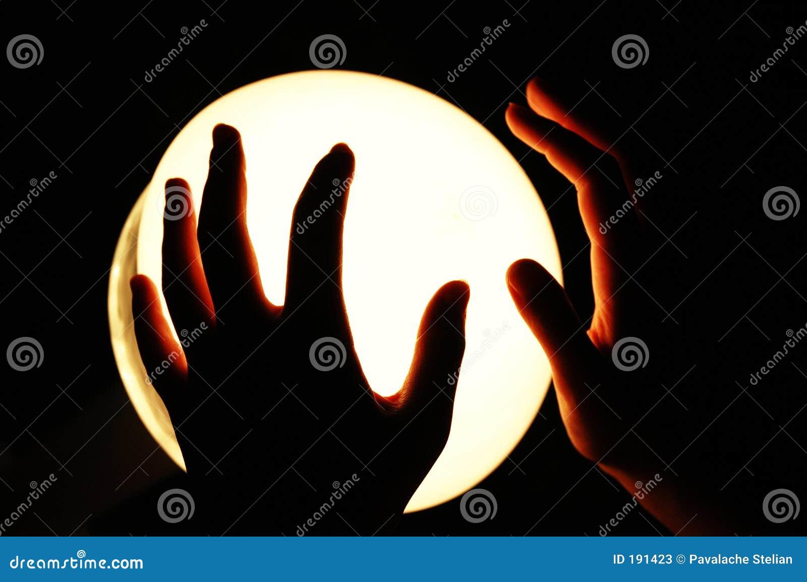 Mains sur un globe rougeoyant