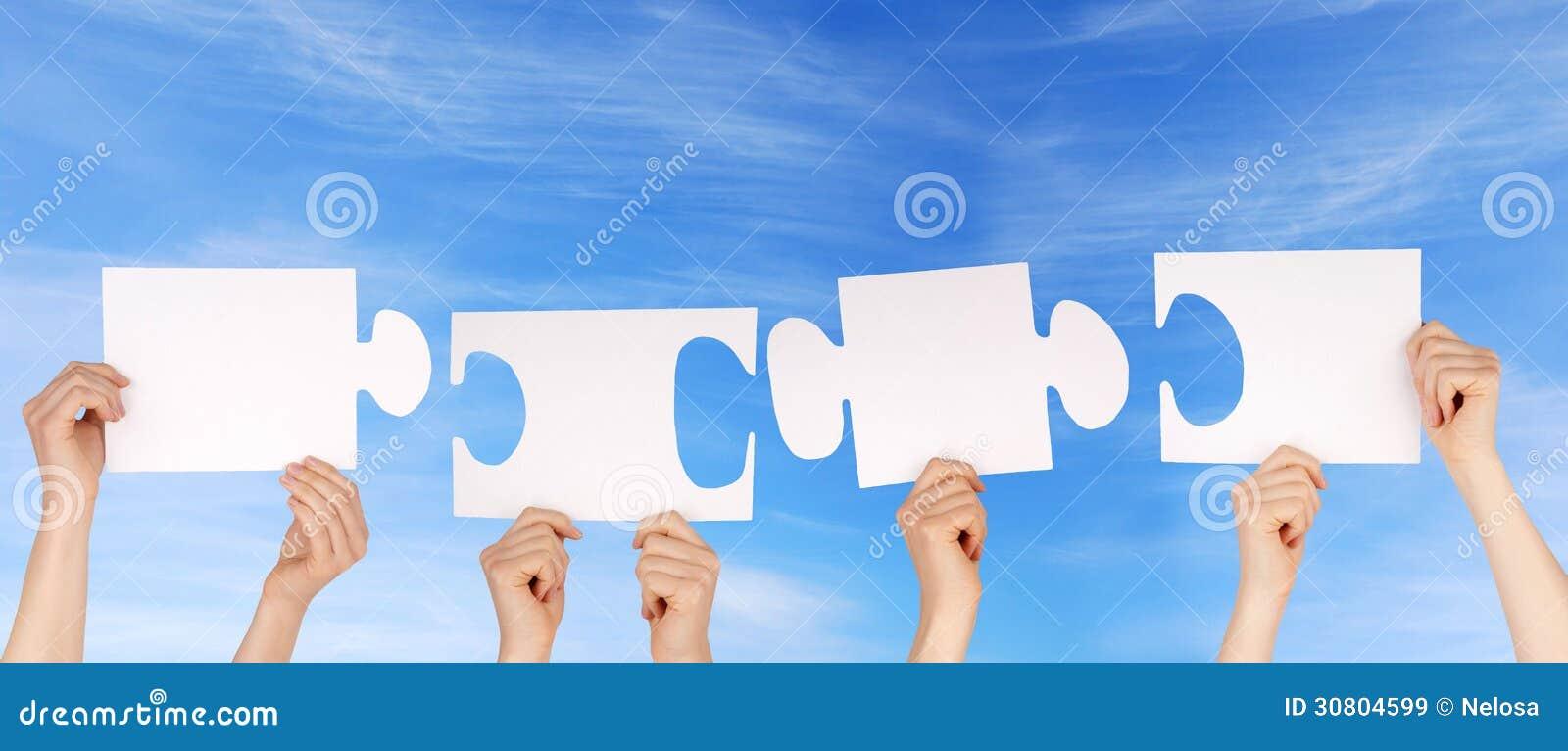 Mains tenant des morceaux d un puzzle avec l espace de copie