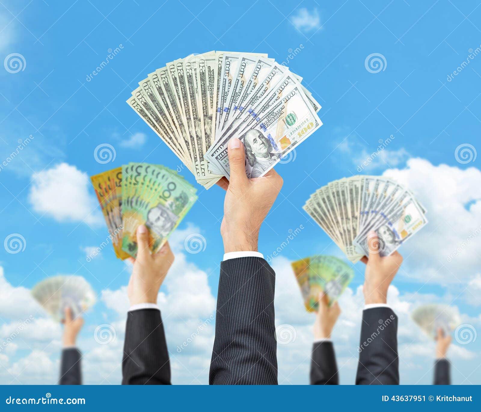 Mains tenant l argent dans des devises multi - augmenter d argent, finançant