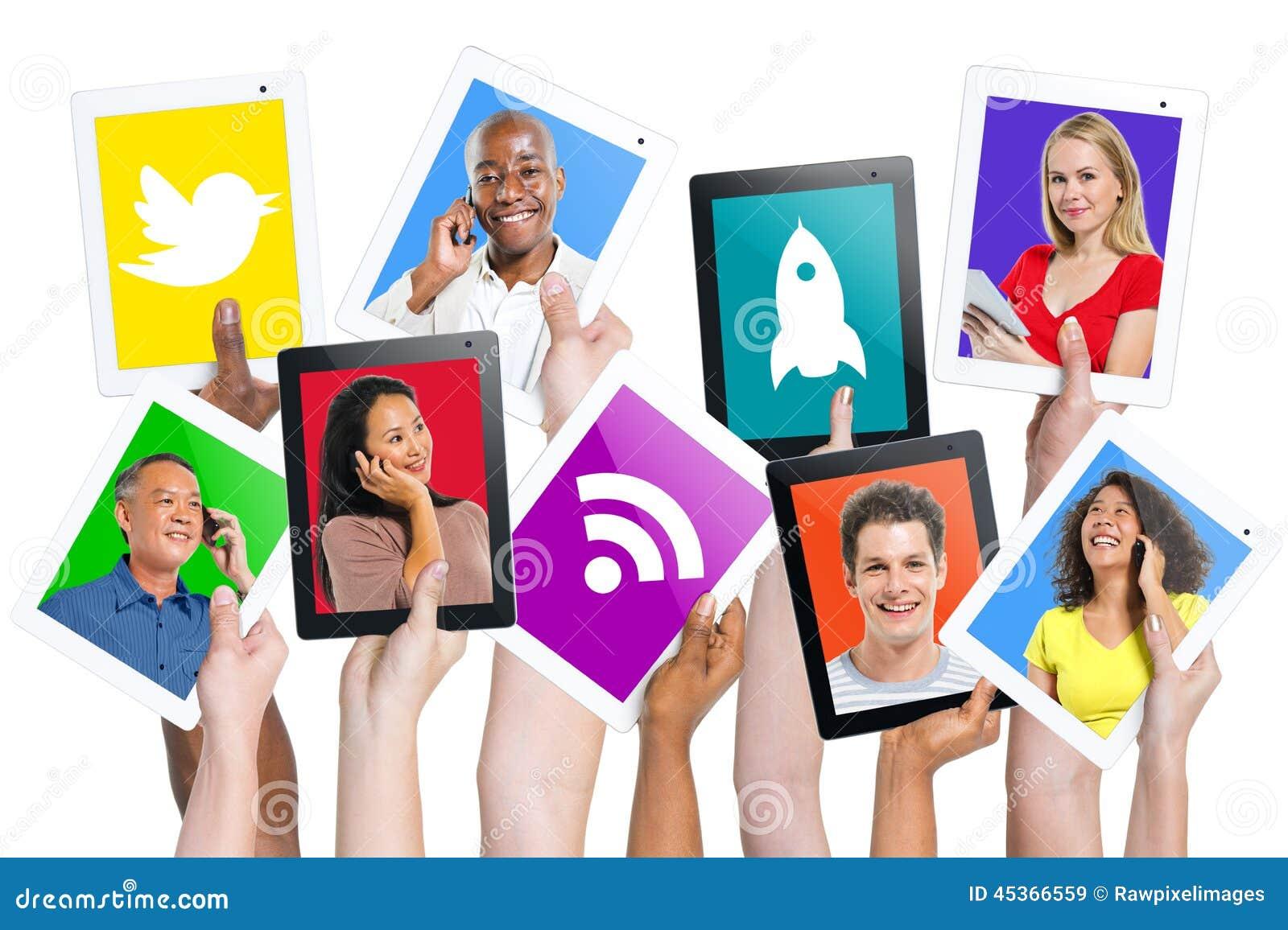 Mains tenant la communication de personnes de Tablettes de Digital
