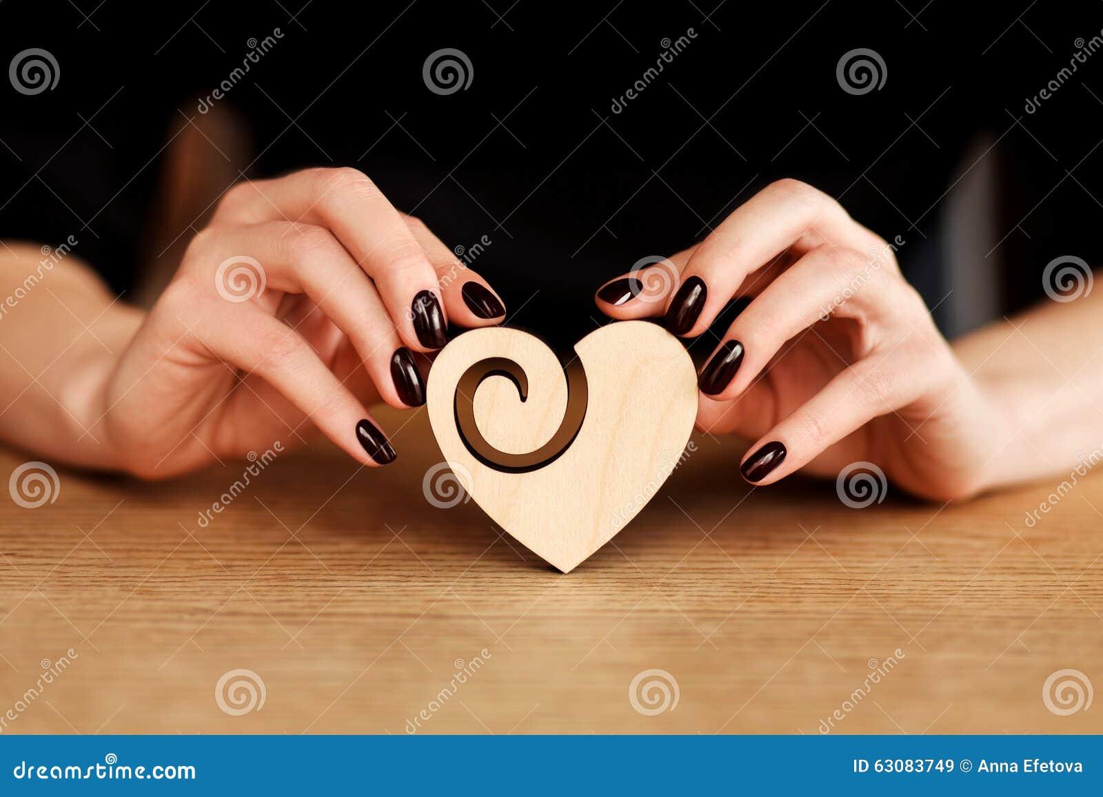 Download Mains Tenant Le Coeur En Bois Image stock - Image du femelle, étage: 63083749