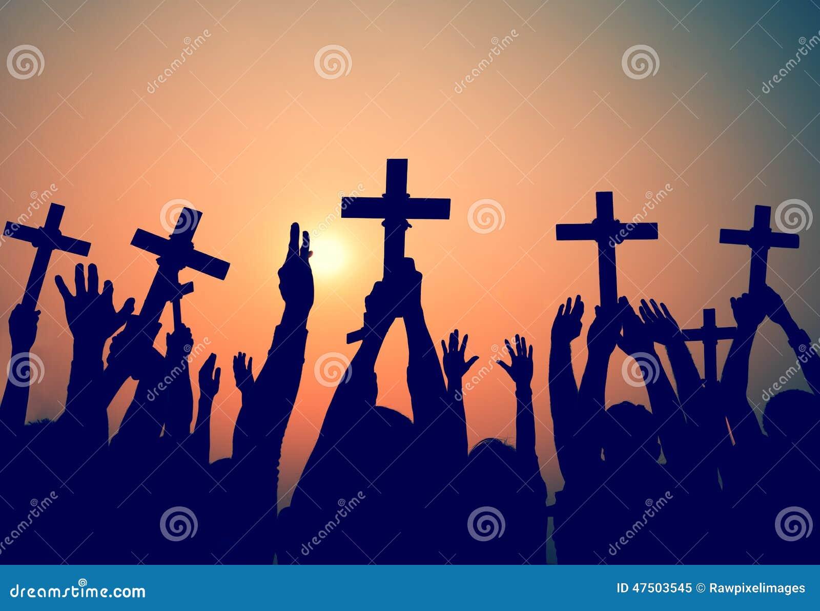 Mains tenant le concept croisé de foi de religion de christianisme