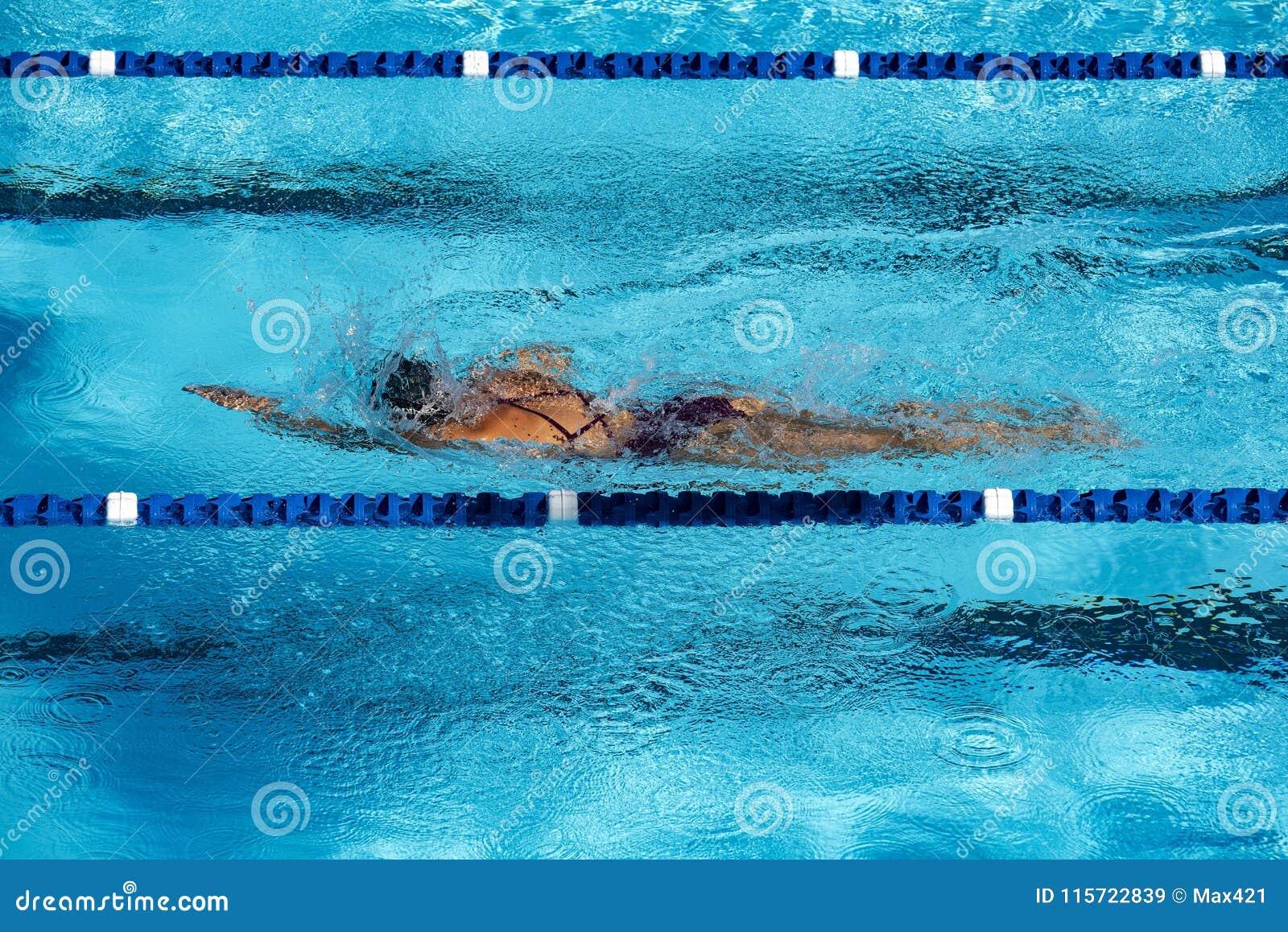 Maintenez l ajustement par des recouvrements de natation dans la piscine