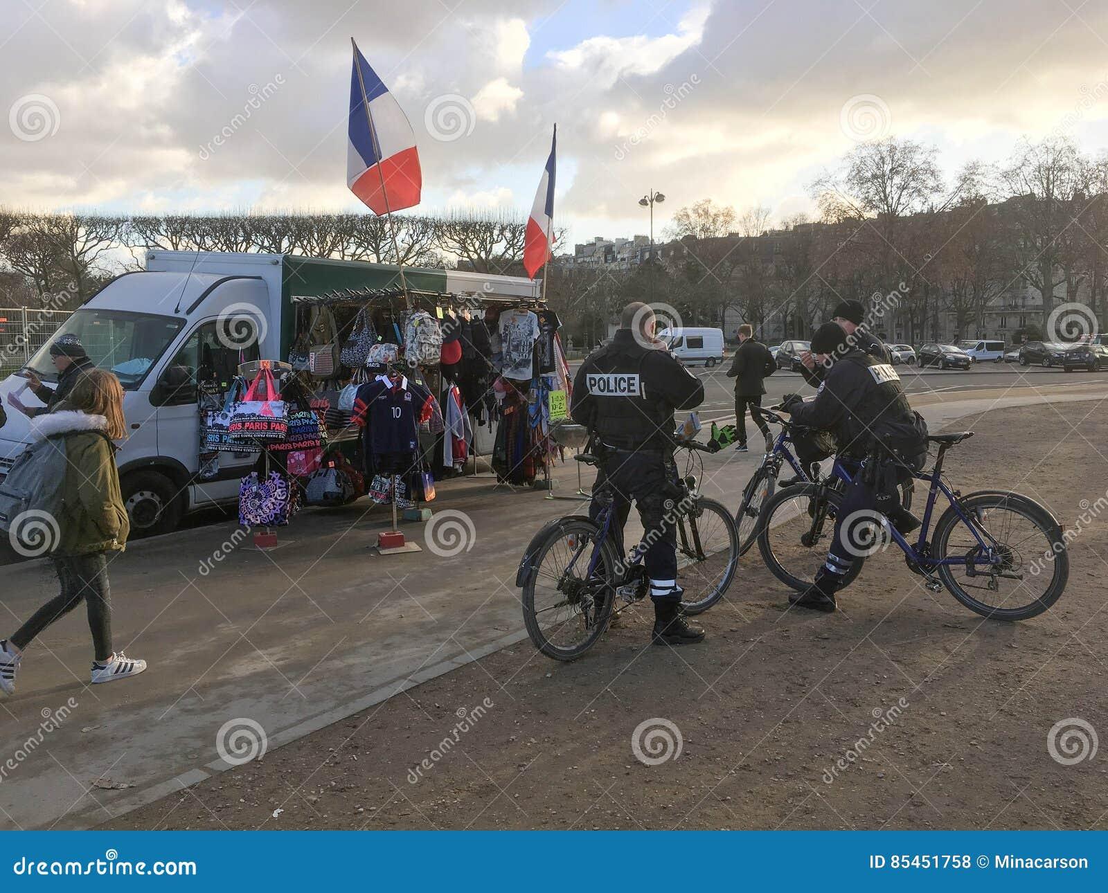 Maintenez l ordre la pause pour le café à un chariot de boissons et de touriste près de la visite Eiffel, Paris
