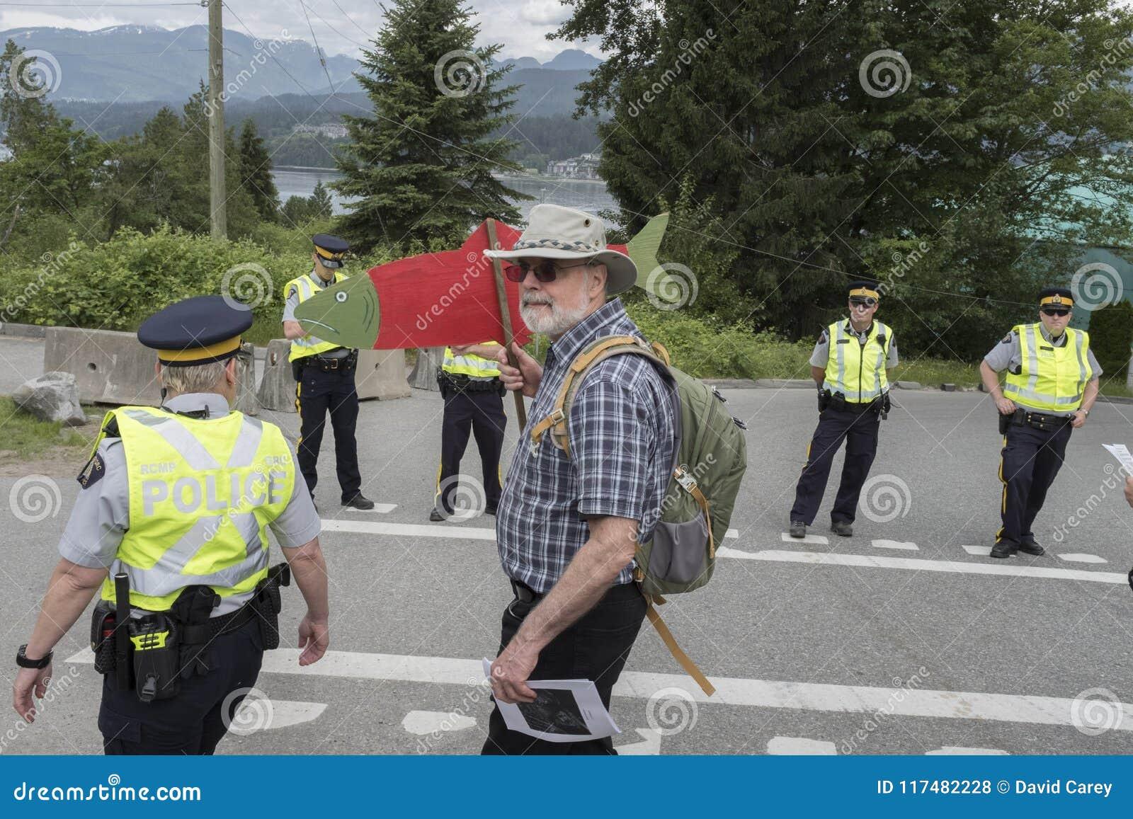 Maintenez l ordre le protestataire de Kinder Morgan d arrestation chez le Wstridge Marine Terminal dans Burnaby, AVANT JÉSUS CHRI
