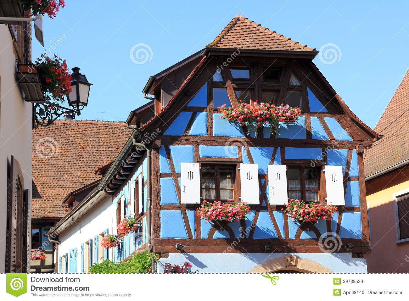 Maison colombage en alsace photo stock image du vignes - Maison a colombage alsacienne ...