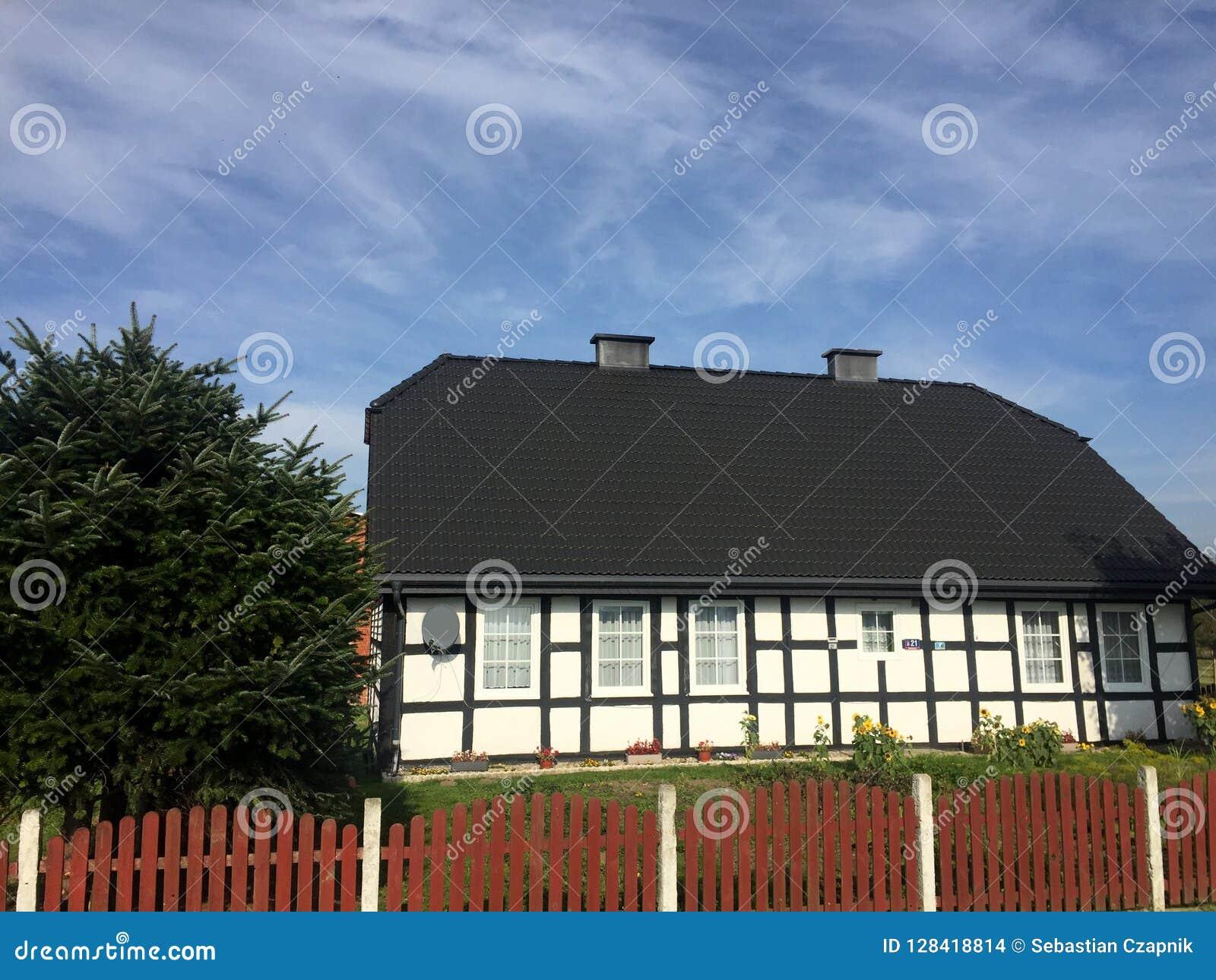 Maison élégante de village rural en Pologne