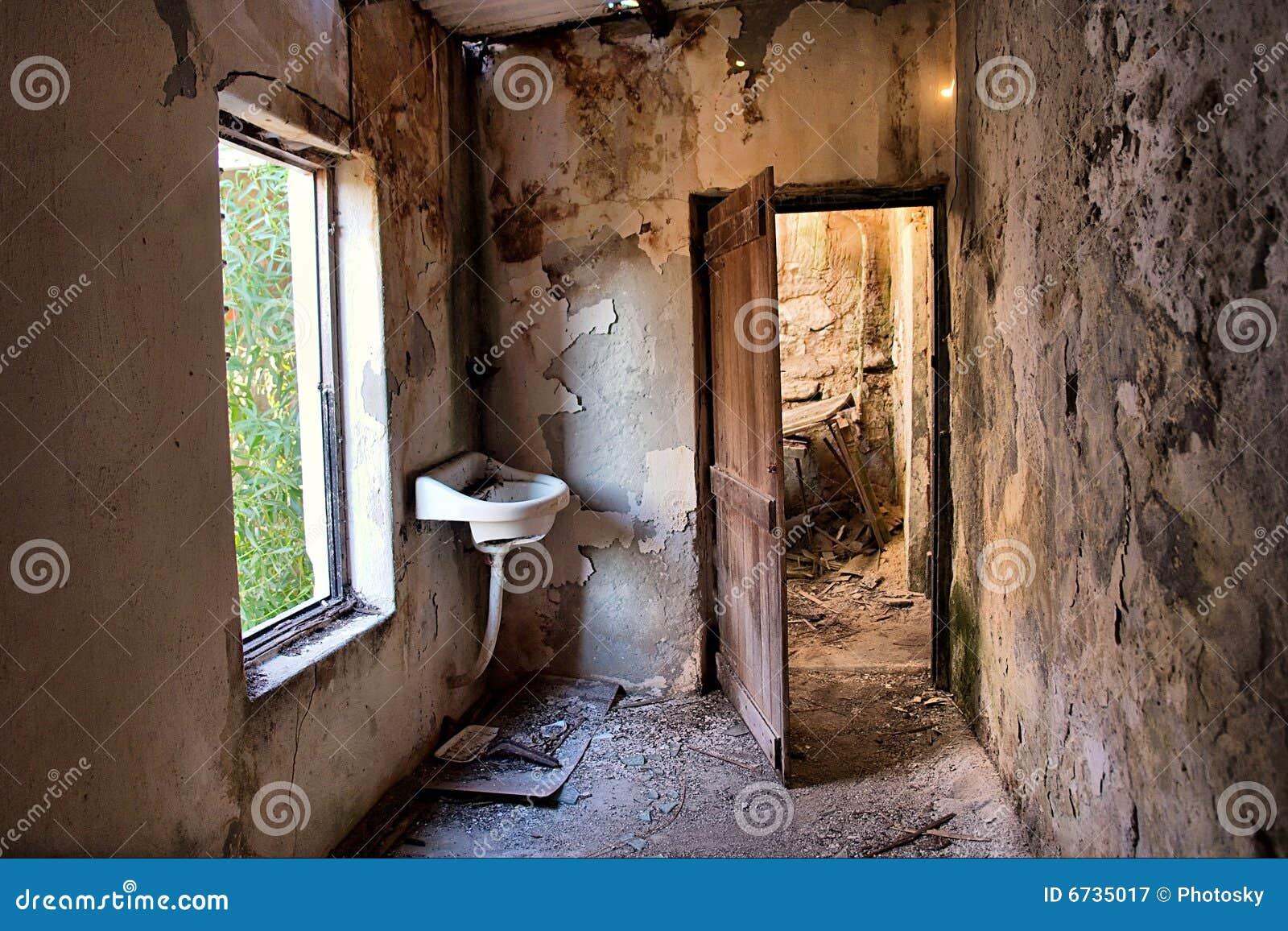 Maison abandonnée de trappe à l intérieur d hublot