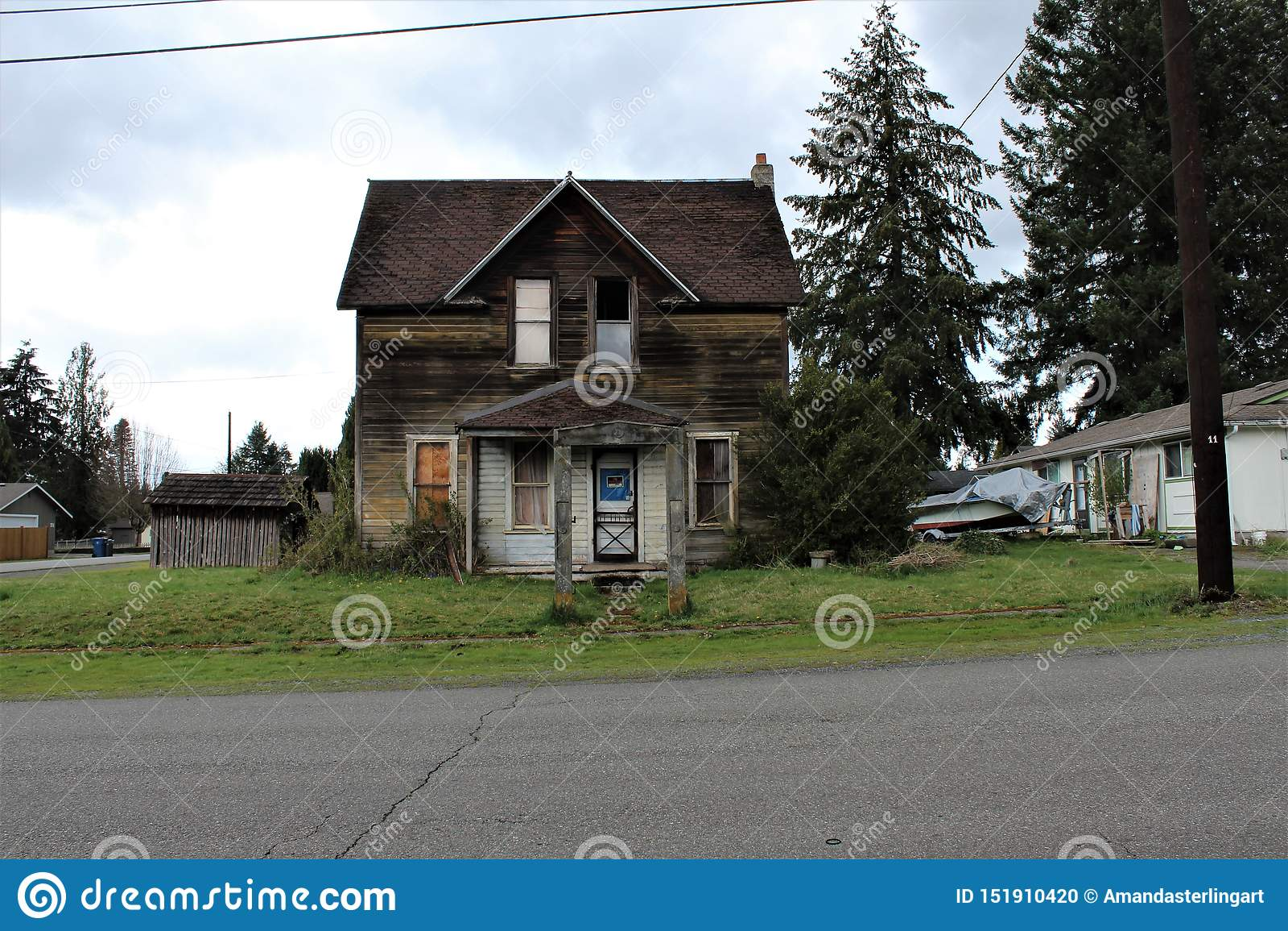 Maison abandonnée en quelques automnes de granit, WA et x28 ; view& avant x29 ; avec une voûte concrète dans la cour