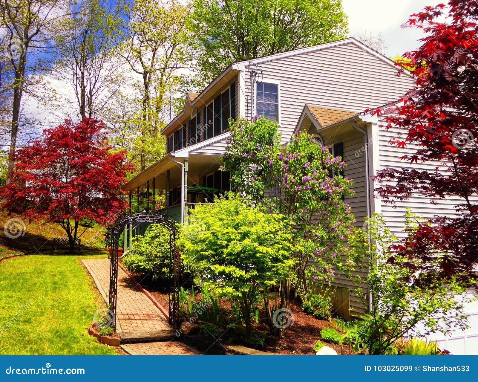 Jardin À L Américaine maison américaine avec le jardin image stock - image du