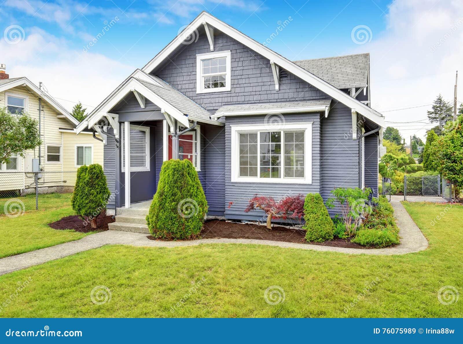 Maison américaine classique avec l équilibre de voie de garage et la porte d entrée rouge
