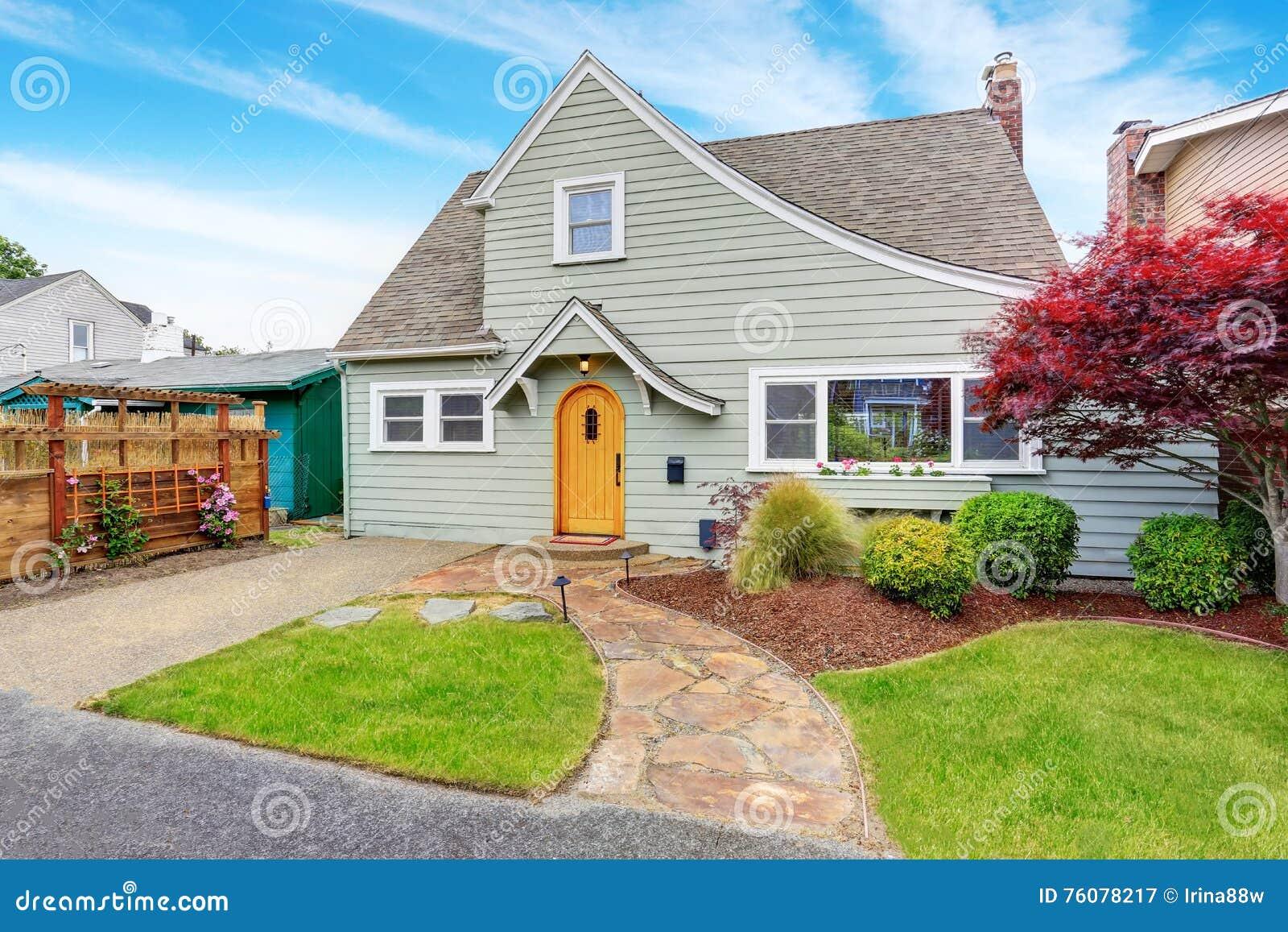 Maison américaine classique extérieure avec le paysage gentil desing