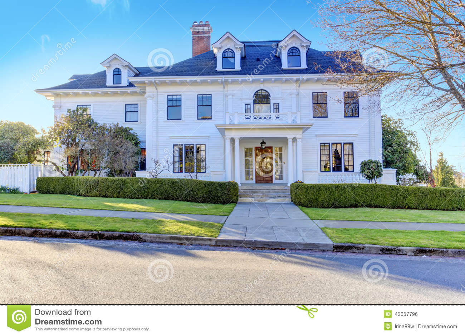 maison am ricaine de luxe avec l 39 appel de restriction photo stock image du avant r sidentiel. Black Bedroom Furniture Sets. Home Design Ideas