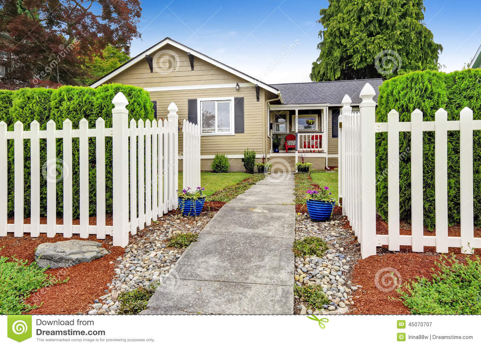 Barriere Maison maison américaine extérieure avec la barrière en bois blanche image