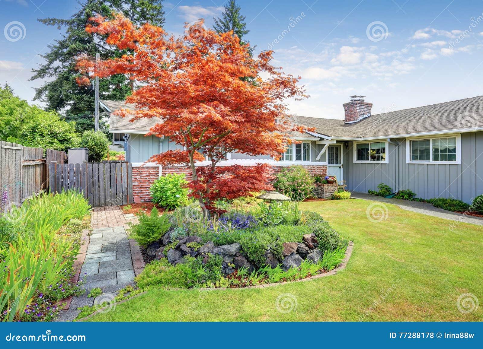 Jardin À L Américaine maison américaine extérieure avec le jardin soigné photo