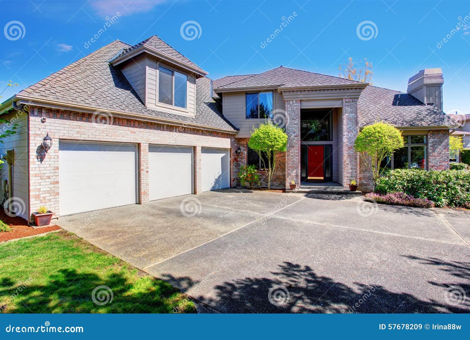 Maison Avec Alcôve : Maison américaine moderne avec la pelouse gentille image