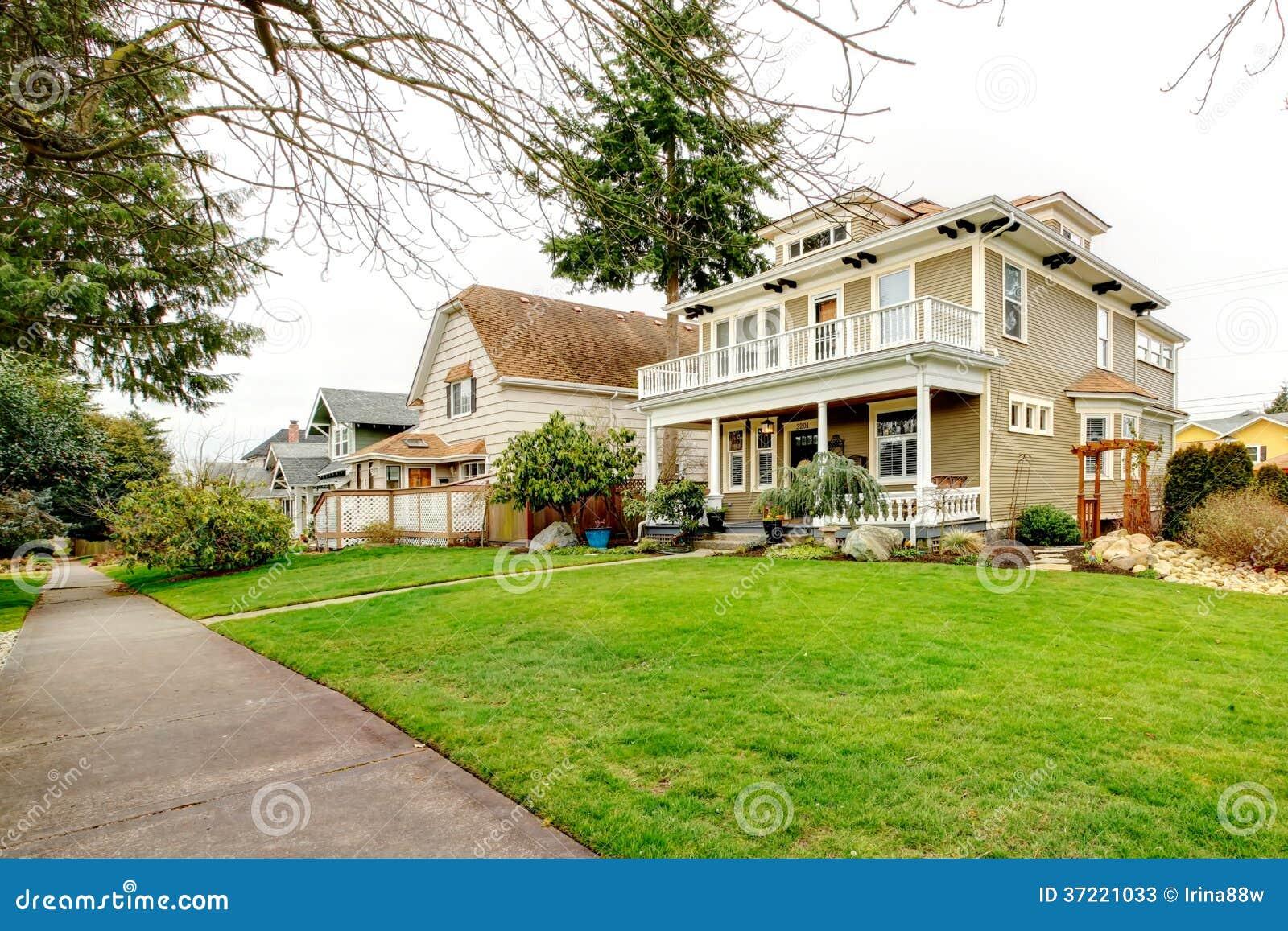Maison am ricaine de deux histoires avec le porche blanc for Maison avec porche