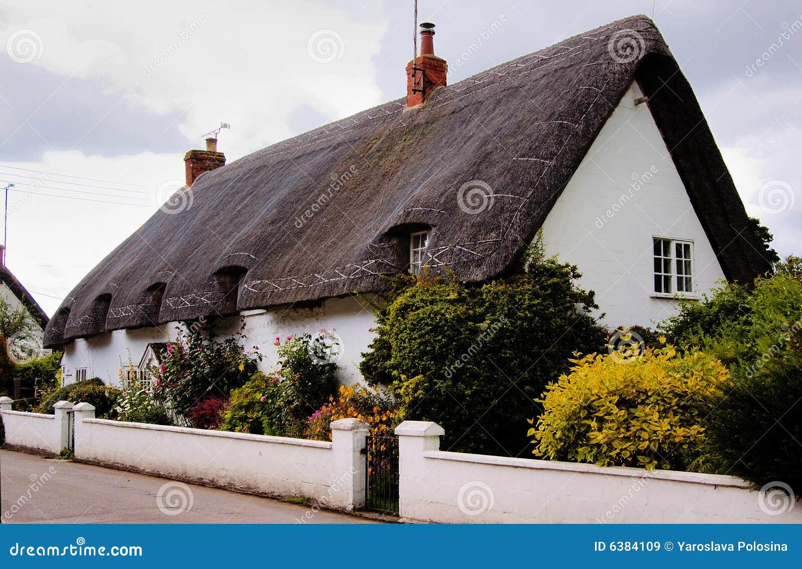 Maison anglaise avec le toit de paille images libres de for Maison anglaise typique plan