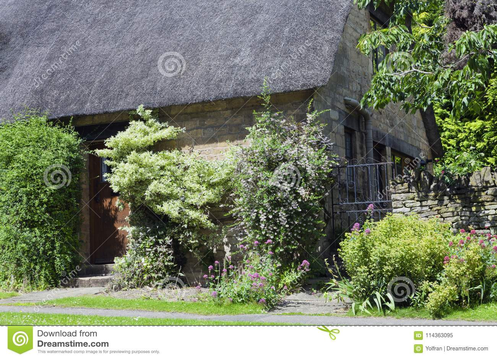 Maison Anglaise En Pierre Avec La Fleur, Arbuste, Jardin D\'arbre ...