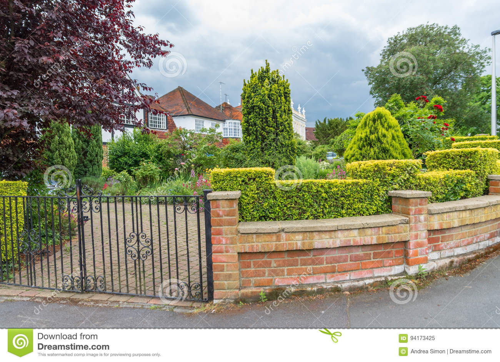 Maison anglaise typique avec un jardin photo stock image 94173425 - Maison anglaise typique ...