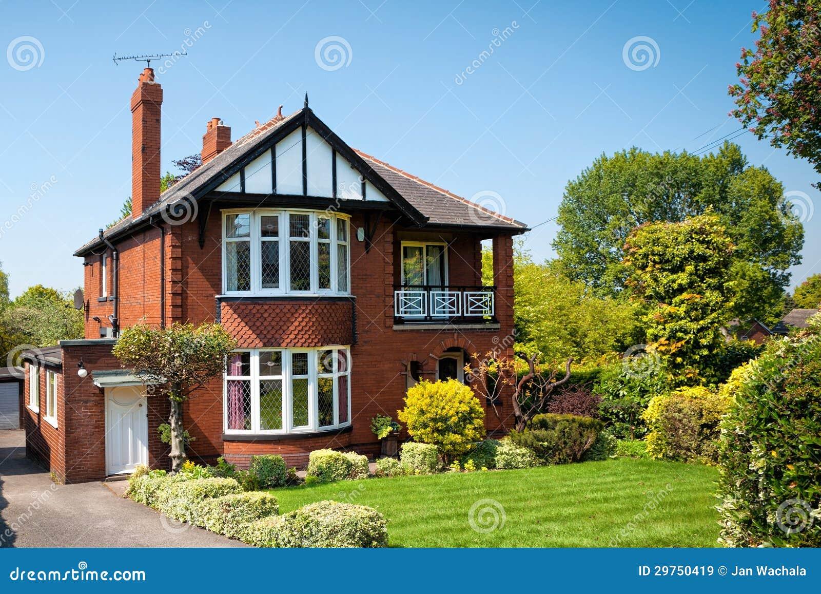 Maison anglaise typique avec un jardin image stock image for Maison anglaise typique plan
