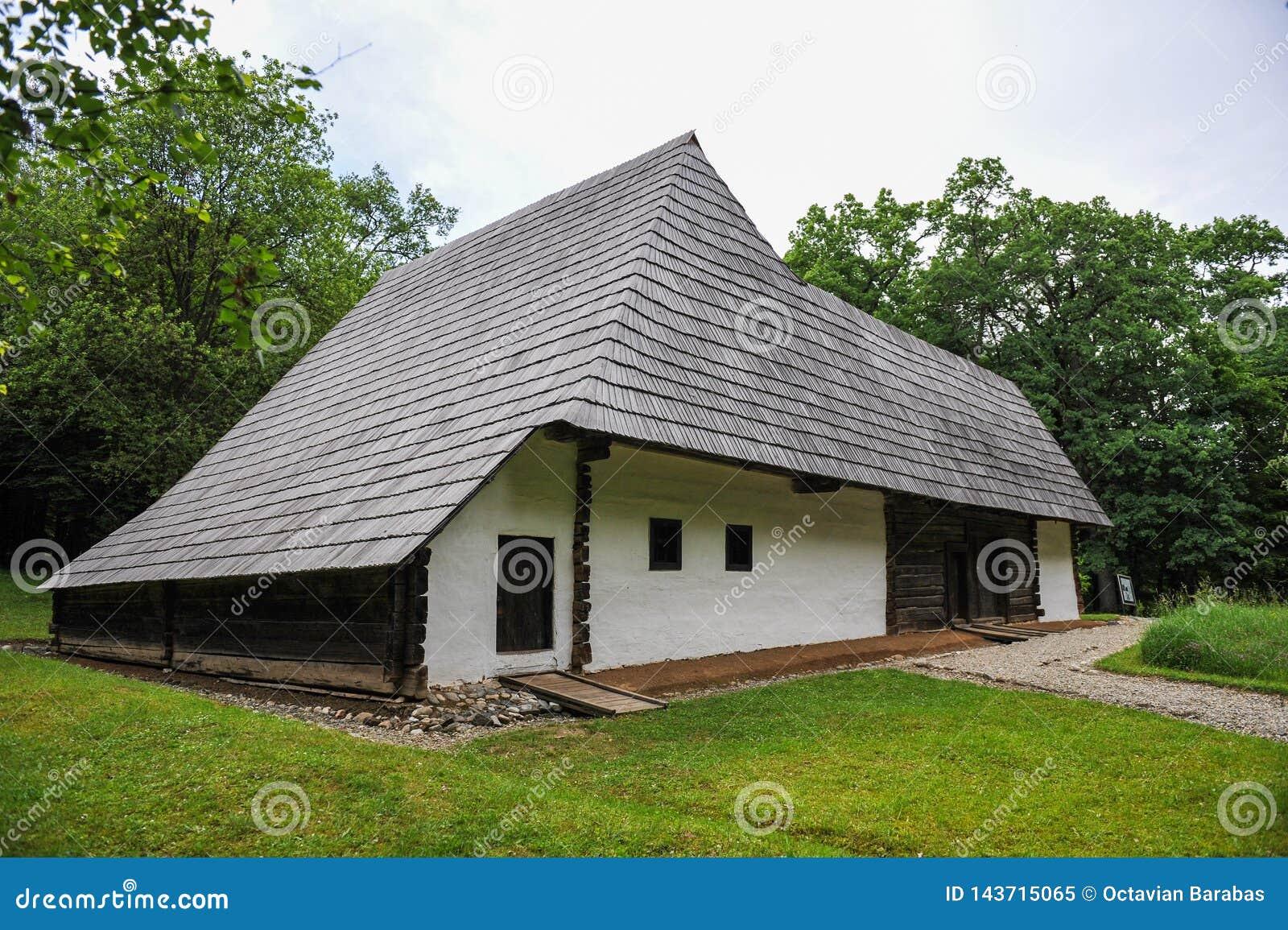 Maison antique de style balkanique avec le toit énorme