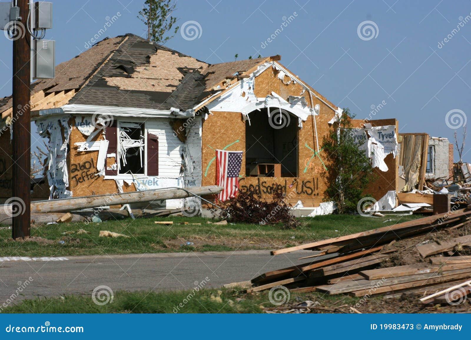 Maison apr s tornade photos stock image 19983473 for Apres shampoing maison
