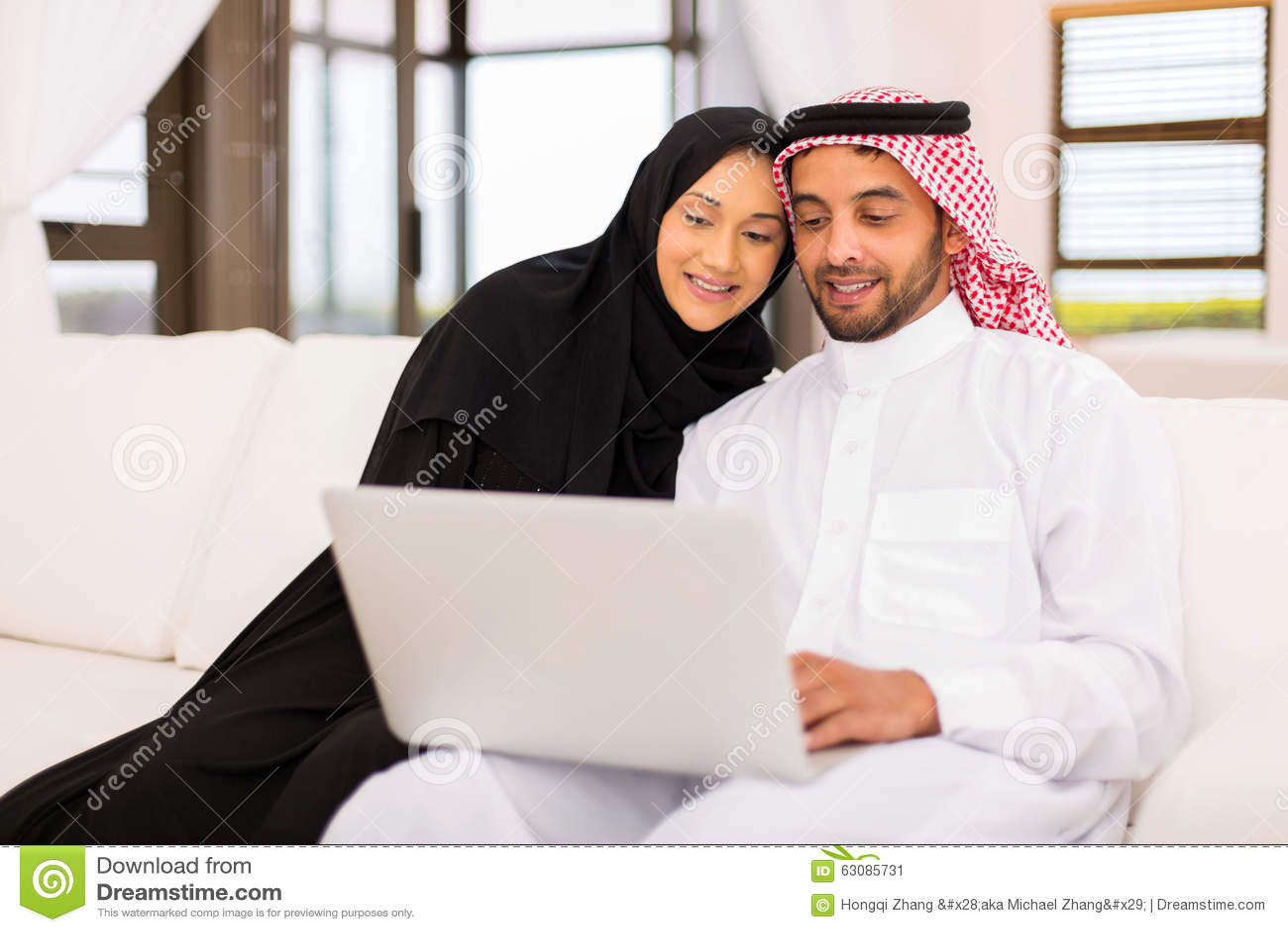 Download Maison Arabe D'ordinateur Portable De Couples Image stock - Image du heureux, verticale: 63085731