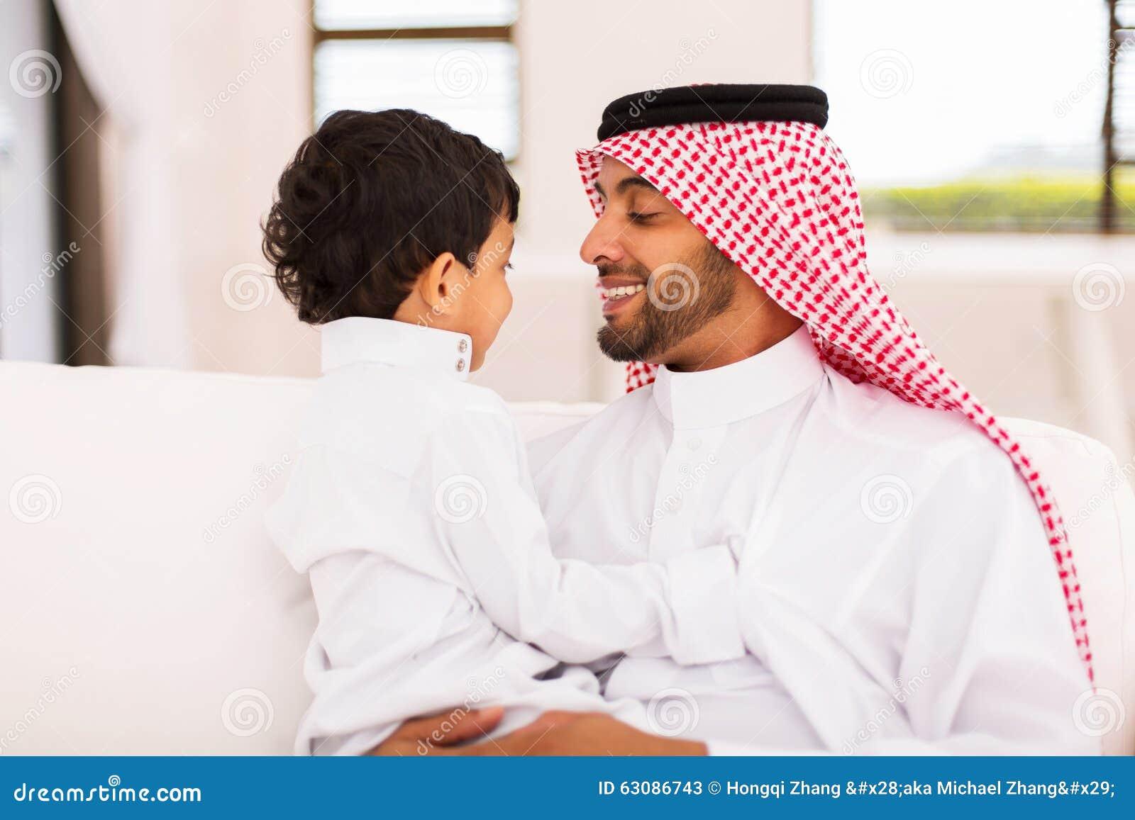 Download Maison Arabe De Fils De Père Image stock - Image du vêtements, enfance: 63086743
