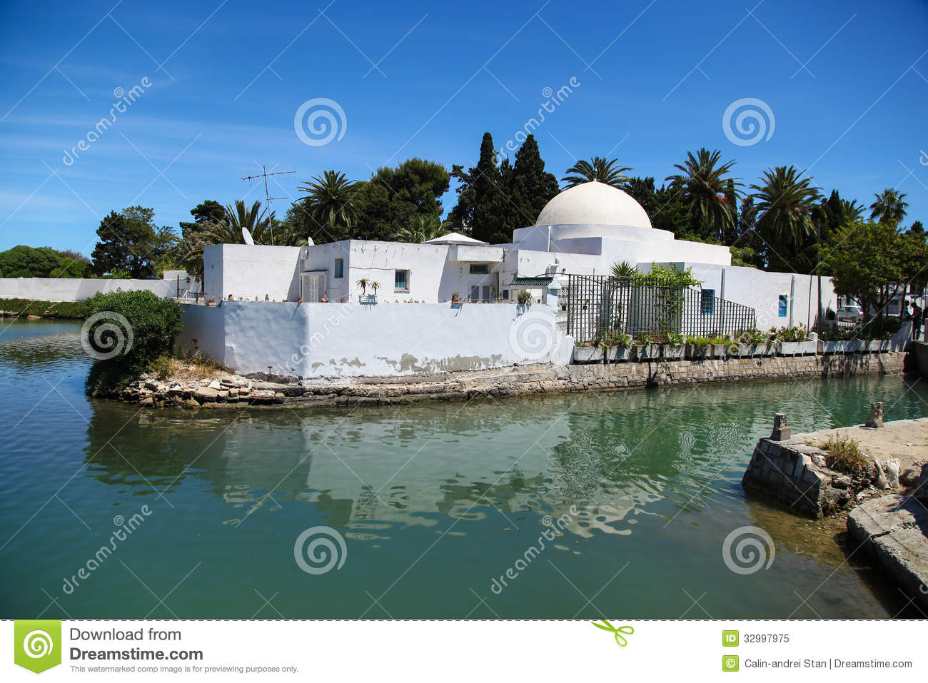 Maison arabe traditionnelle en tunisie lac carthage image for Architecture maison arabe