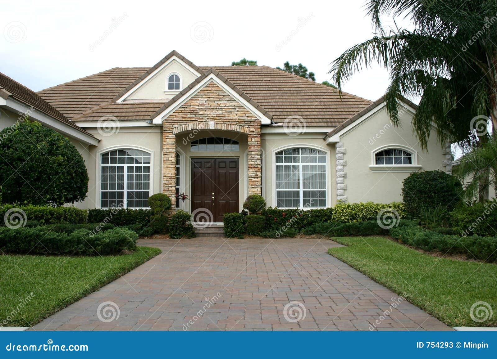 maison avec du charme dans les tropiques photos stock image 754293. Black Bedroom Furniture Sets. Home Design Ideas