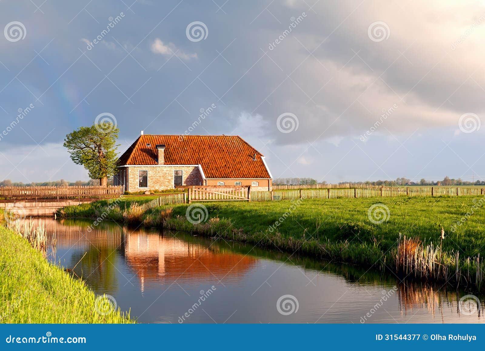 maison avec du charme par la rivi re en soleil de lever de soleil image stock image du paysage. Black Bedroom Furniture Sets. Home Design Ideas