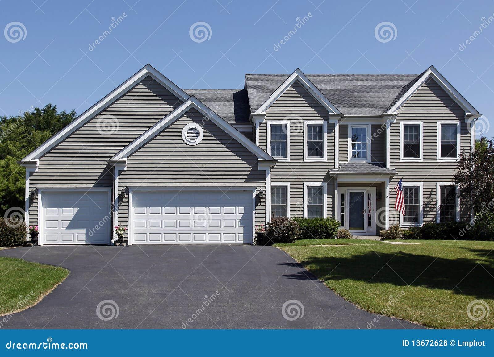 Maison avec la voie de garage grise et l 39 entr e couverte - Plan maison jumelee par le garage ...