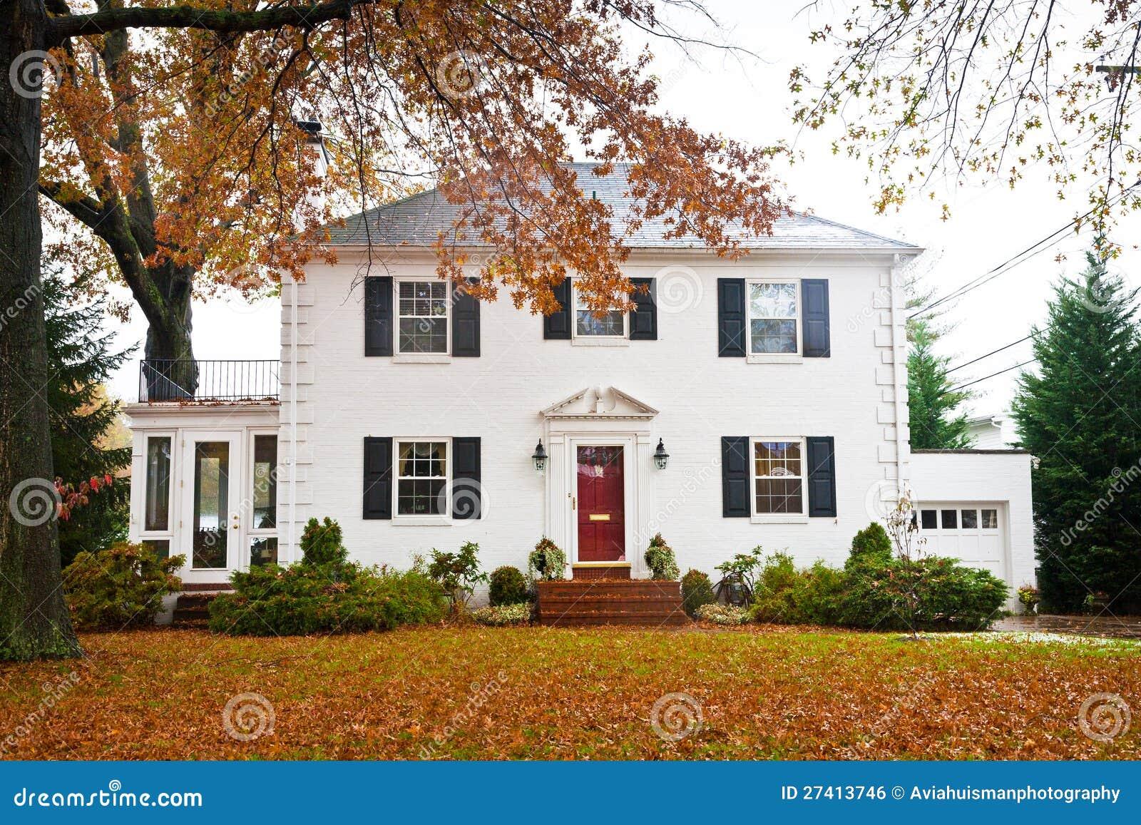 Maison blanche avec une trappe rouge image libre de droits for Maison blanche classique