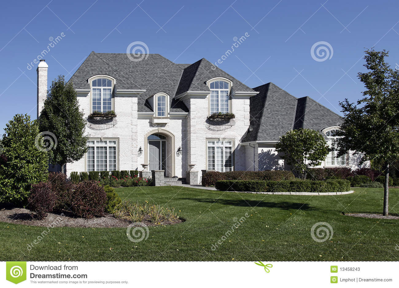 Maison blanche de brique avec l 39 entr e arqu e photos stock for Maison en brique blanche