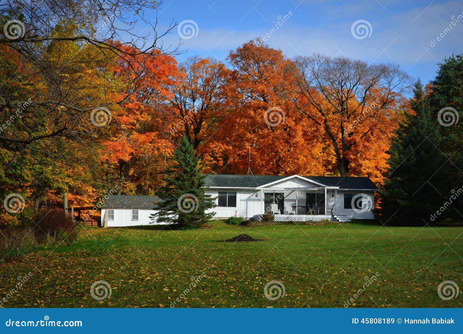 maison blanche de ranch couleurs de pays d 39 automne photo stock image 45808189. Black Bedroom Furniture Sets. Home Design Ideas
