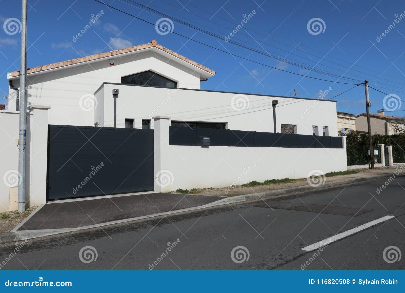 Maison Blanche Et Grise maison blanche et grise récente avec un grand mur protecteur