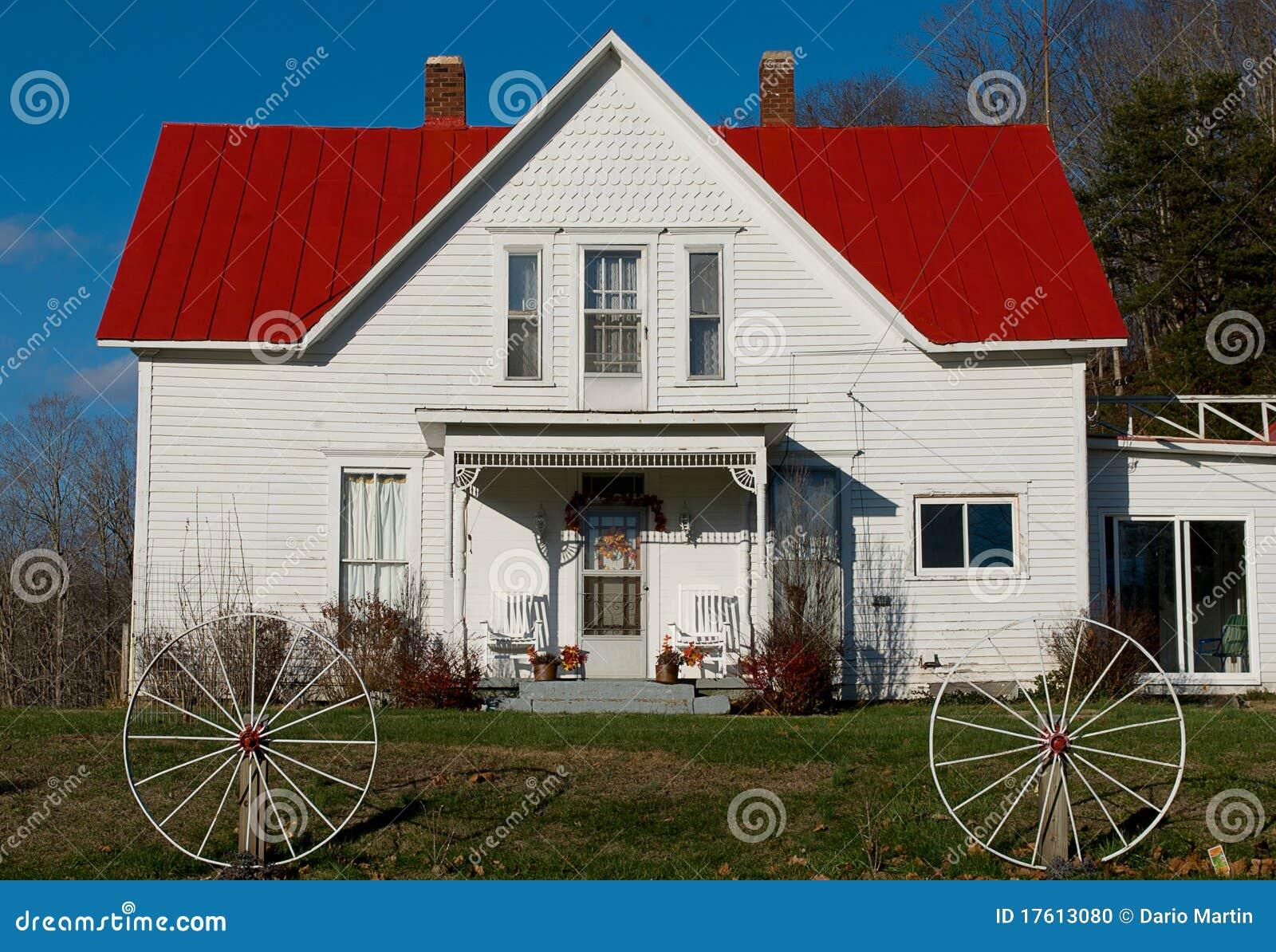 Maison blanche rurale avec un toit rouge photo stock for Agrandissement maison zone rurale