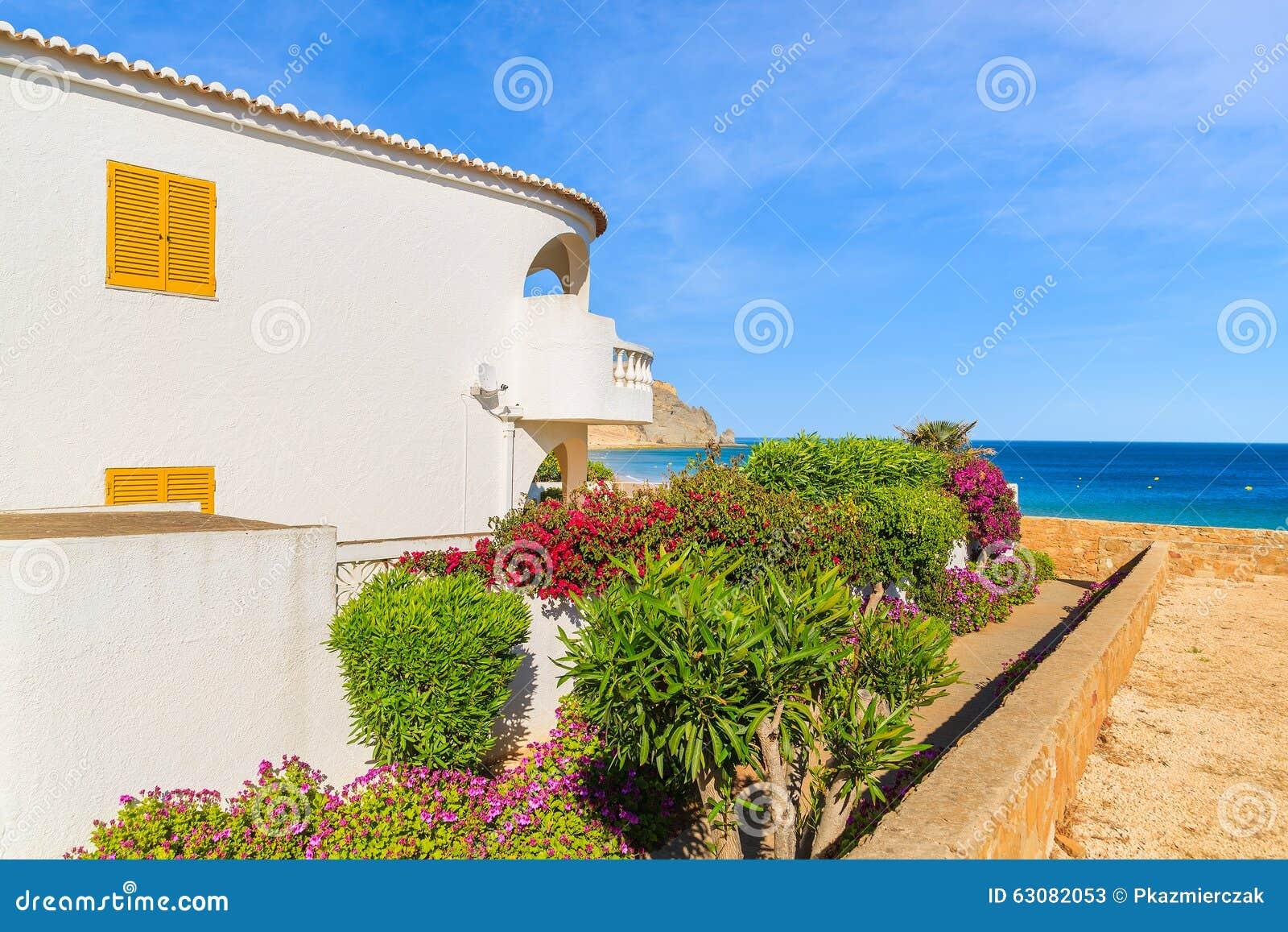 Maison blanche traditionnelle avec la fen tre jaune photo for La maison de la fenetre